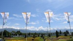 Kasakhstan - Flag foran Tien Shan-bjergene i Almaty, rejser