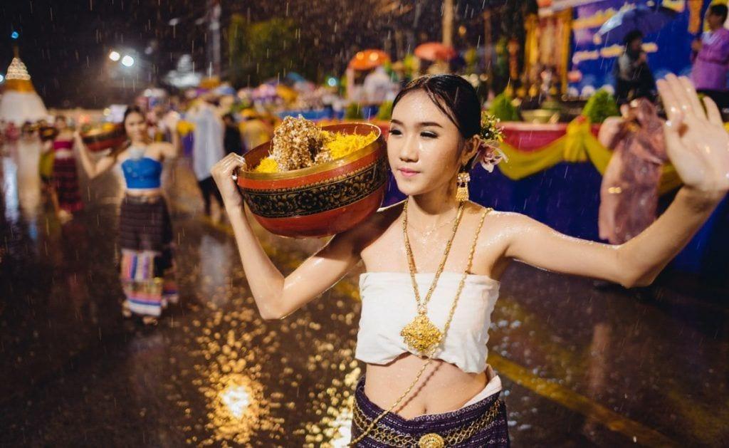 Kvinde danser i regnen i Chiang Mai, Thailand, rejser