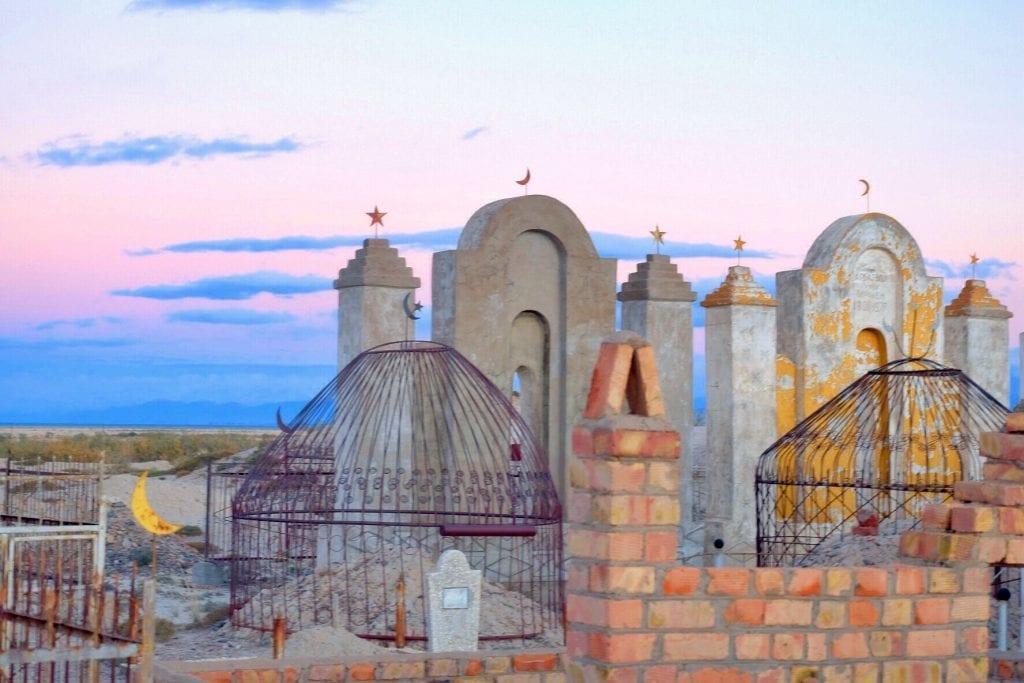 Kirgsistan - gravplads, solnedgang - rejser