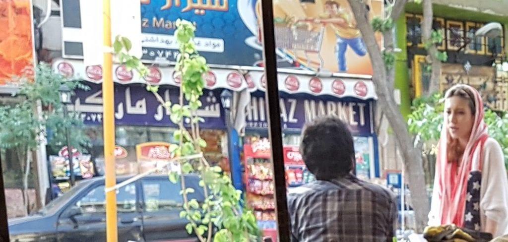 Iran - Shiraz - pige med us flag som tørklæde - rejser