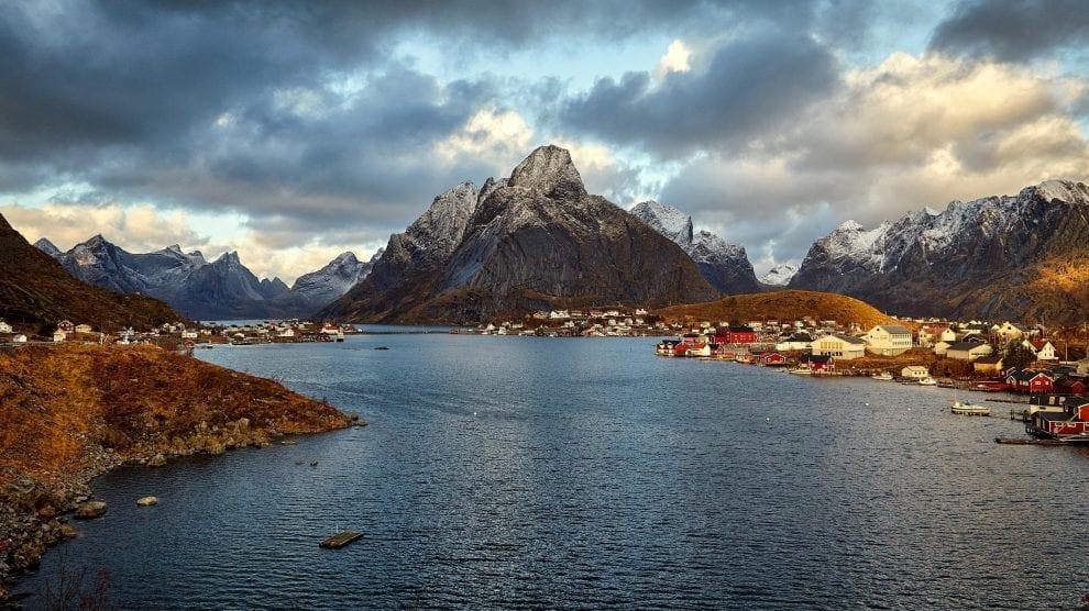 Norge-bjerge-fjord