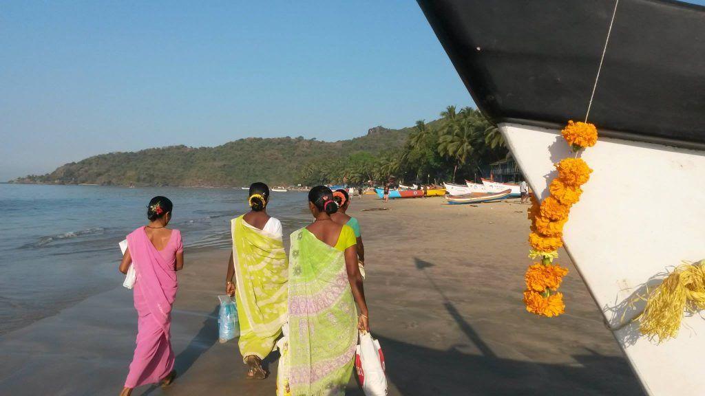 Indien - Goa, Palolem - smukke indiske kvinder i sari på vej til dagens gøremål - rejser